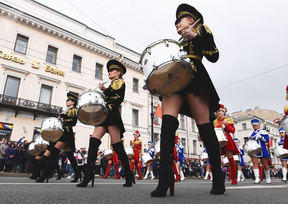 圣彼得堡城市日涅瓦大街上的鼓手游行。