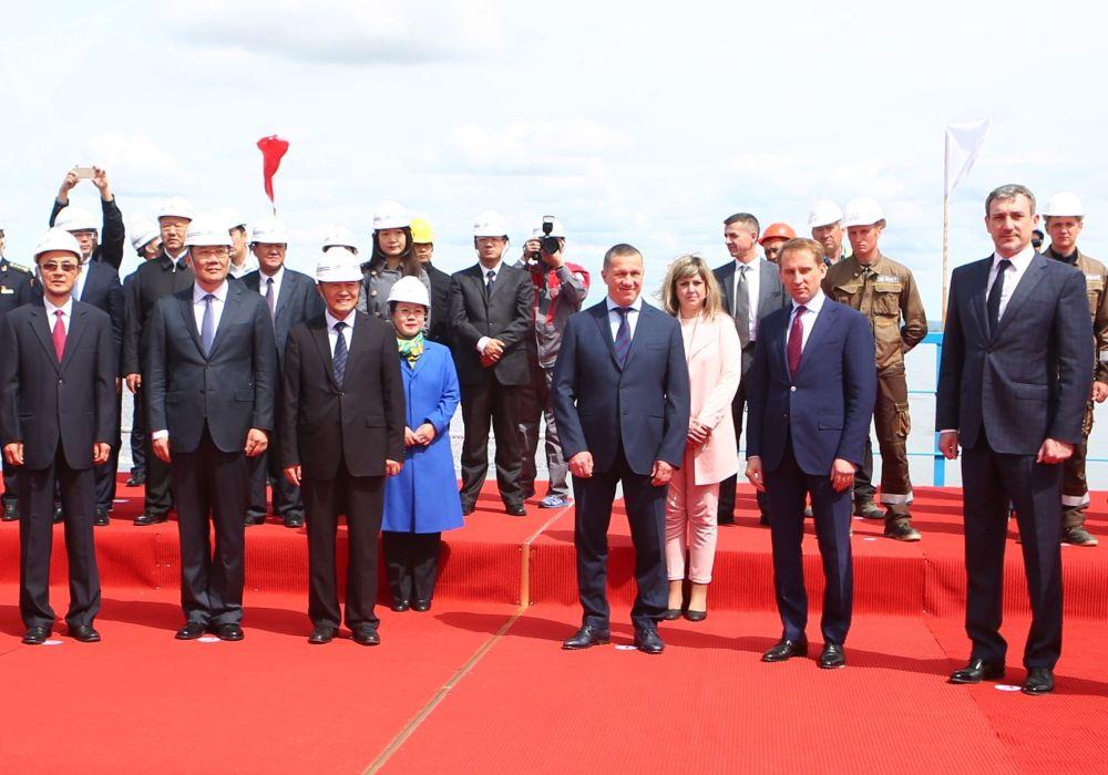 阿穆尔州州长瓦西里∙奥尔洛夫,俄罗斯总统驻远东联邦区全权代表尤里∙特鲁特涅夫及俄罗斯远东和北极发展部长亚历山大∙科兹洛夫在黑河-布拉戈维申斯克跨境公路大桥合龙仪式上。