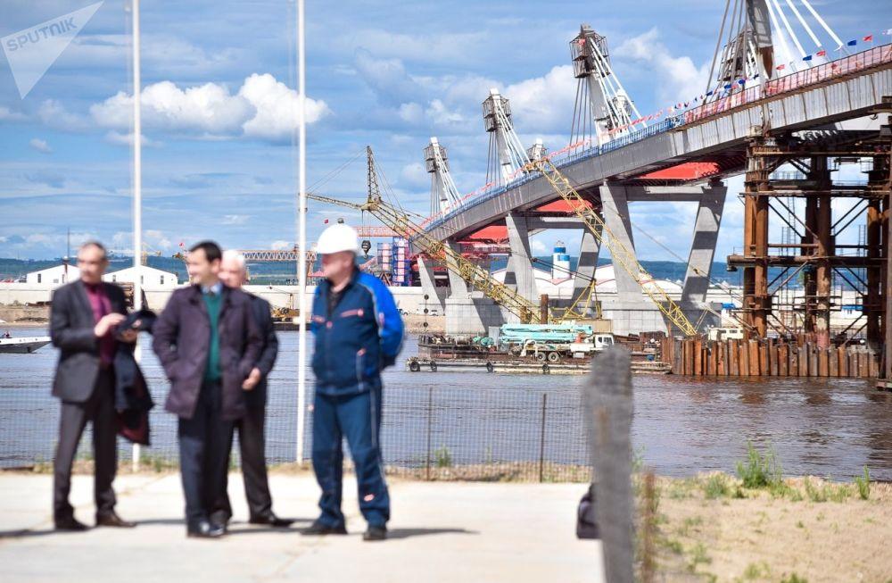 中国黑河-俄罗斯布拉戈维申斯克跨黑龙江(阿穆尔河)的跨境公路大桥合龙。