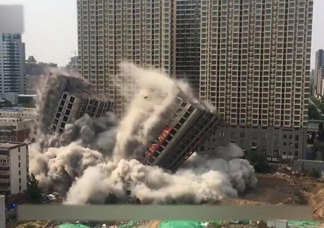 中国两幢12层高的大楼15秒内轰然倒塌