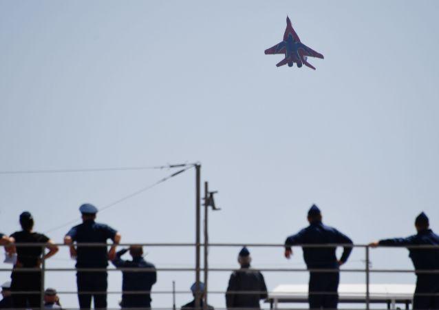 """中国飞行员准备参加""""航空飞镖""""比赛"""