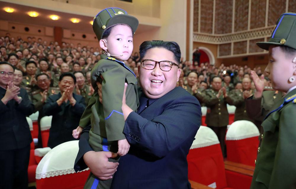 在朝鲜人民军音乐会上, 朝鲜领导人金正恩怀里抱着一个孩子
