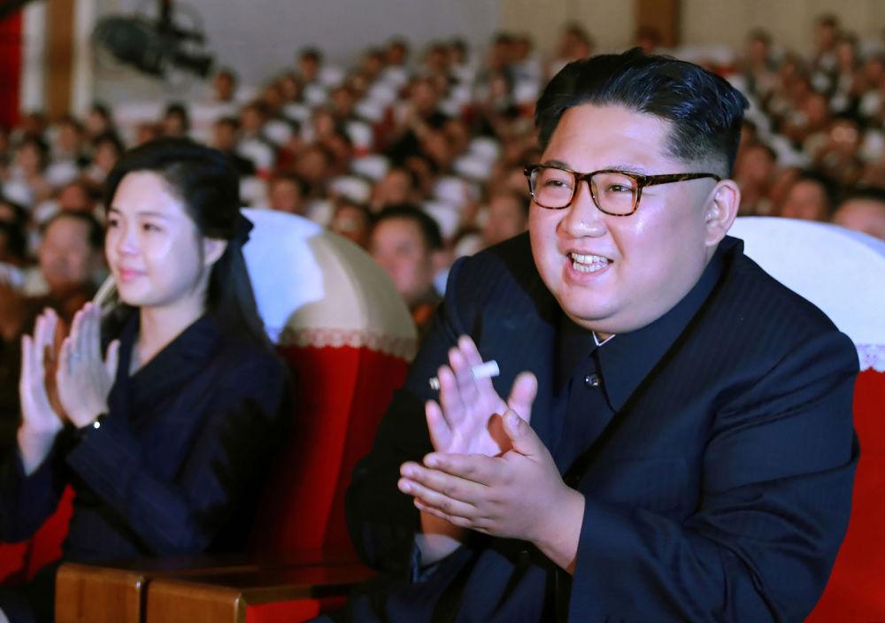 朝鲜领导人金正恩和夫人李雪主在朝鲜人民军音乐会上