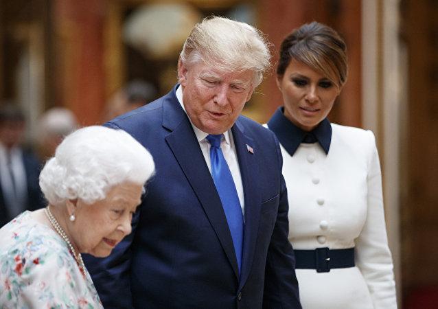 特朗普輕觸伊麗莎白女王背部違反皇室禮儀