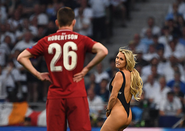 那个迫使球赛中断的半裸球迷经历了什么?