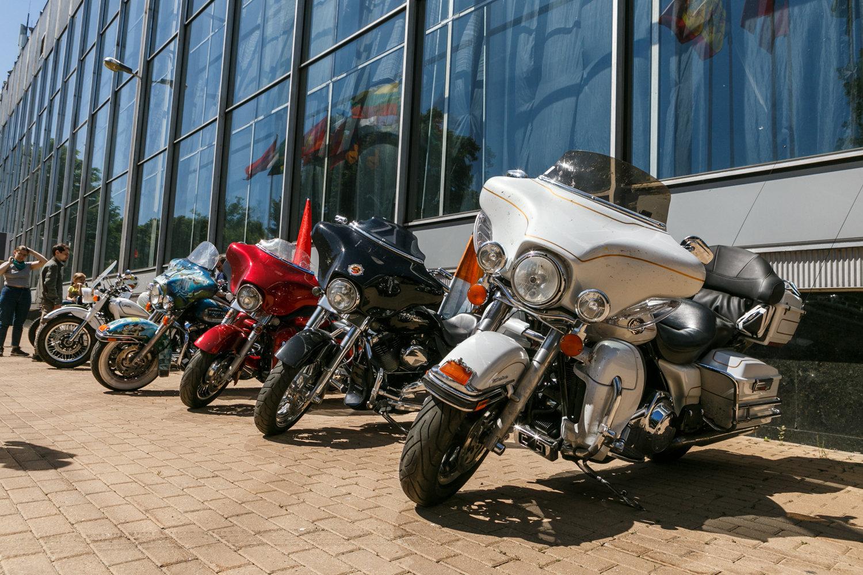 这已经是第三次中俄摩托车越障赛,今年的特别之处在于路线更长,并且是为了纪念中俄建交70周年。