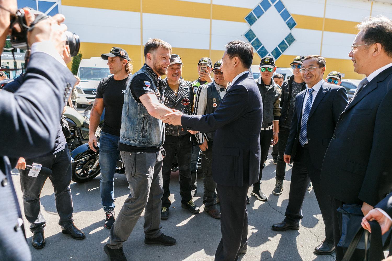 """""""友谊之路""""摩托车越障赛参赛者在莫斯科索科尔尼基公园受到中国驻莫斯科大使馆代表和俄罗斯驻华大使安德烈·杰尼索夫的隆重迎接。"""