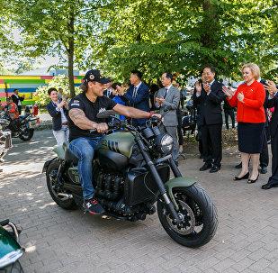 """""""穿铠甲的勇敢骑士"""":俄罗斯驻华大使在莫斯科迎接""""友谊之路""""摩托车越障赛参赛者"""