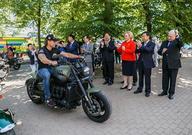 「穿鎧甲的勇敢騎士」:俄羅斯駐華大使在莫斯科迎接「友誼之路」摩托車越障賽參賽者