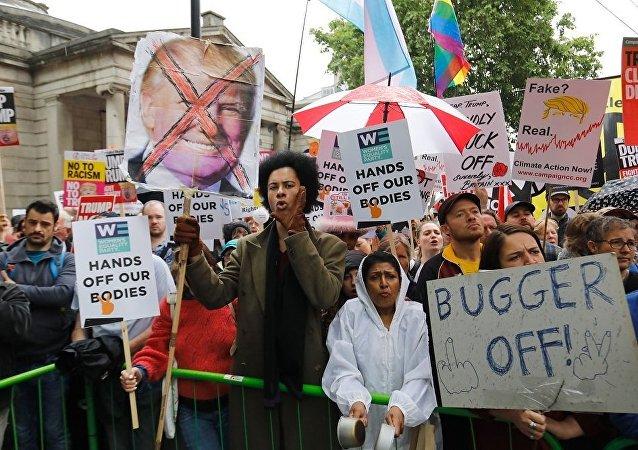 特朗普称在英国看见大群支持者 而不是抗议他访问的人员
