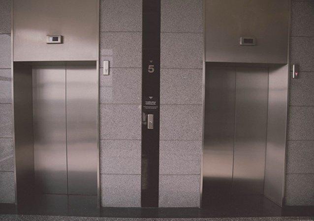 深圳9岁女孩乘电梯从19楼坠落 机智自救