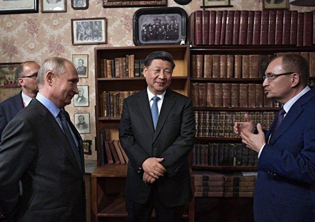 俄中元首參觀在聖彼得堡國立大學舉辦的俄中合作主題展
