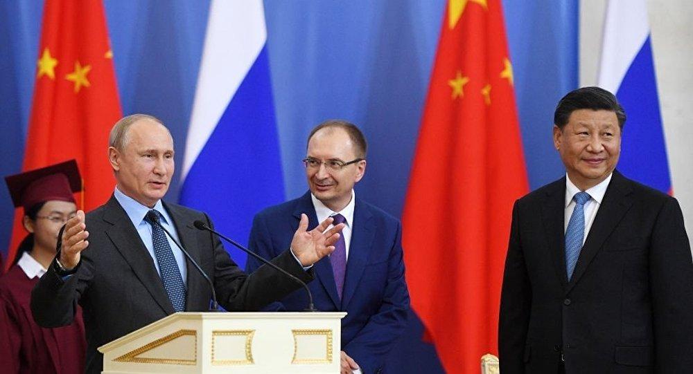 在聖彼得堡國立大學授予中國國家主席習近平名譽博士的儀式