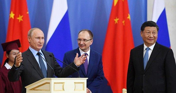 在圣彼得堡国立大学授予中国国家主席习近平名誉博士的仪式