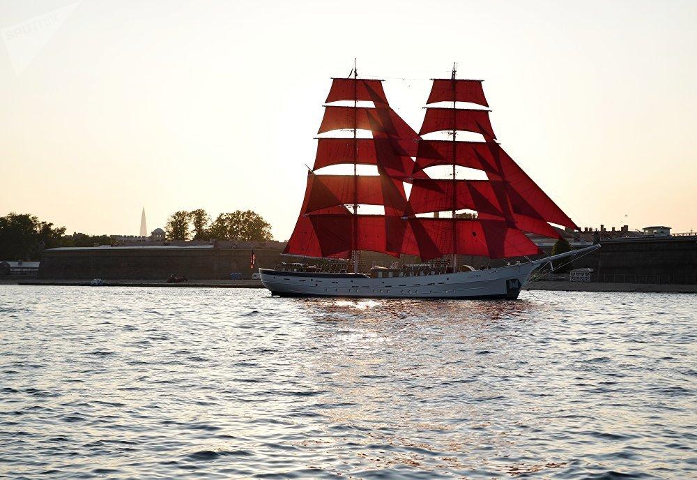 """涅瓦河上的""""俄罗斯""""号双桅红帆船"""