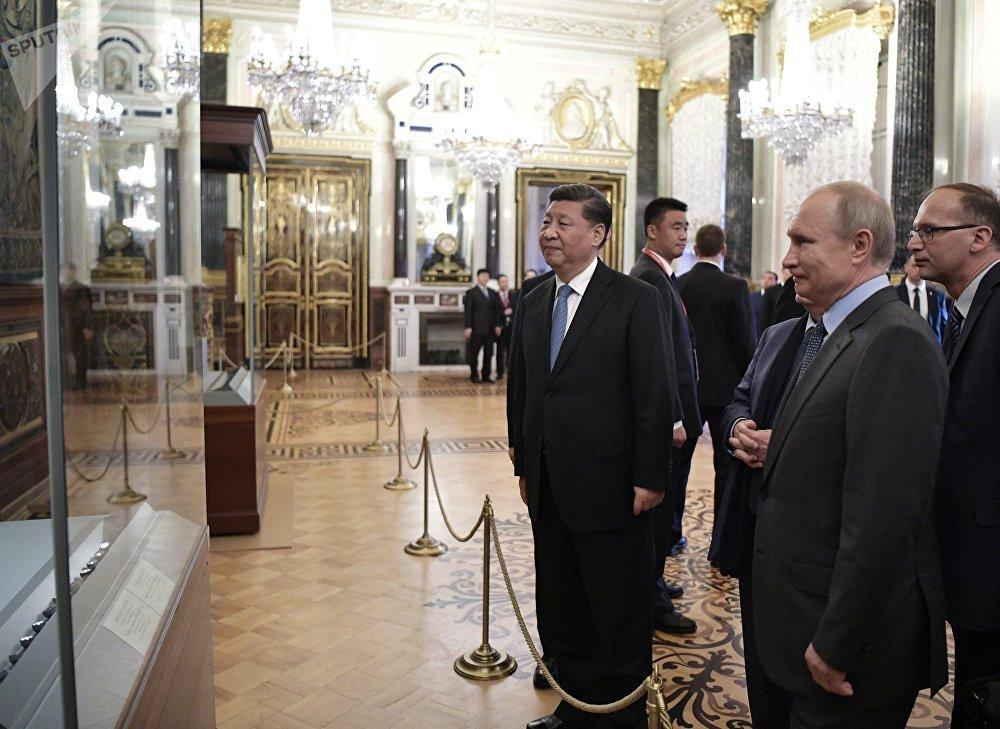 弗拉基米尔·普京总统和中华民国主席习近平(左)在2019年圣彼得堡国际经济论坛(SPIEF-2019)间隙参观国立埃尔米塔什博物馆的意大利文艺复兴展
