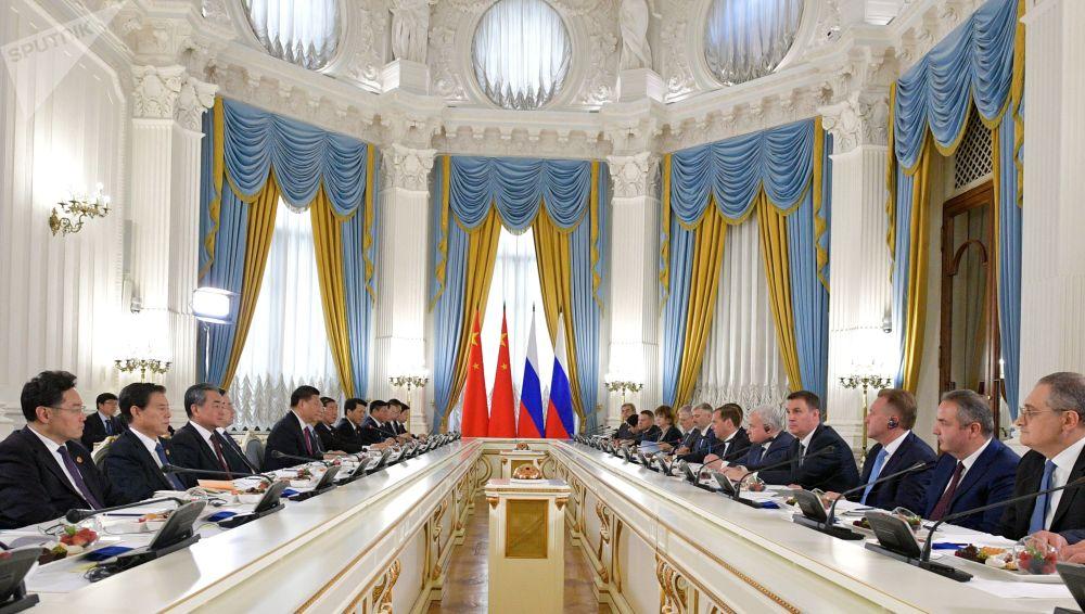 俄罗斯总理德米特里·梅德韦杰夫和正在俄罗斯进行国事访问的中国国家主席习近平在会晤中