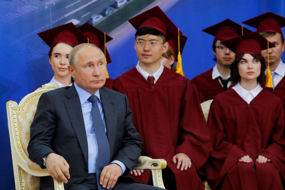 弗拉基米尔·普京总统在圣彼得堡国立大学授予中国主席习近平名誉博士学位的仪式上
