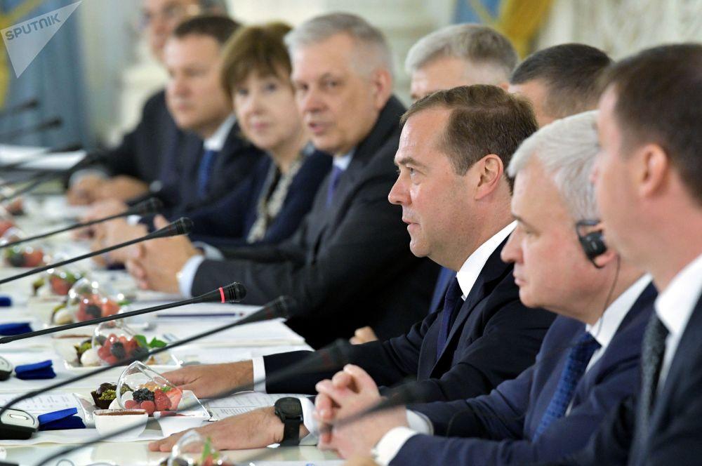 俄罗斯总理梅德韦杰夫会晤正在俄罗斯进行国事访问的中国国家主席习近平
