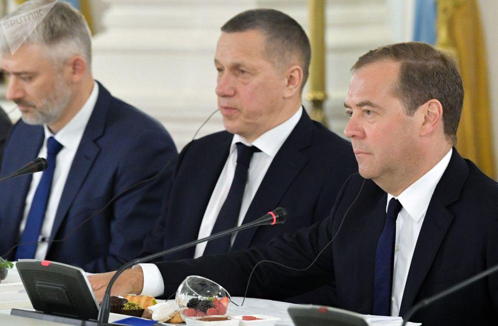 俄罗斯总理德米特里·梅德韦杰夫和正在俄罗斯进行国事访问的中国国家主席习近平会晤