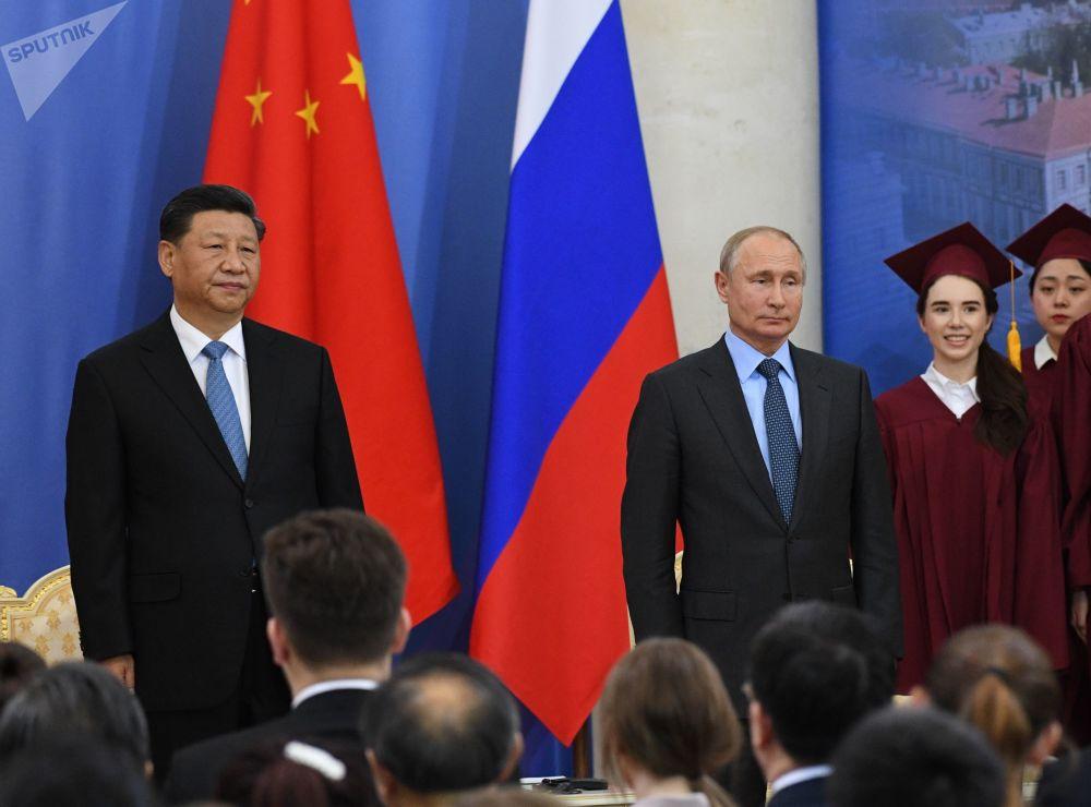 弗拉基米尔·普京总统在圣彼得堡国立大学授予中华人民共和国主席习近平名誉博士学位的仪式上