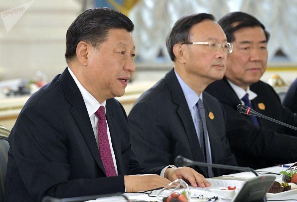 正在俄罗斯进行国事访问的中国国家主席习近平与俄罗斯总理德米特里·梅德韦杰夫会晤