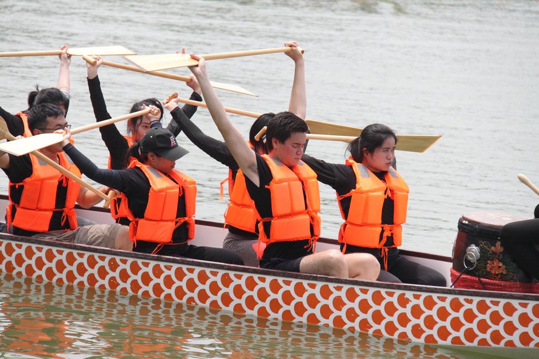 外国大学生在北京参加赛龙舟活动