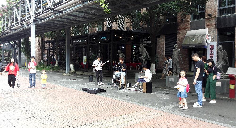 很多成都居民來「東郊記憶」音樂公園欣賞年輕音樂人的表演