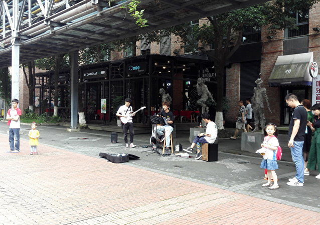 """很多成都居民来""""东郊记忆""""音乐公园欣赏年轻音乐人的表演"""