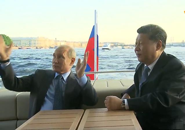 普京向習近平展示涅瓦河和阿芙樂爾號