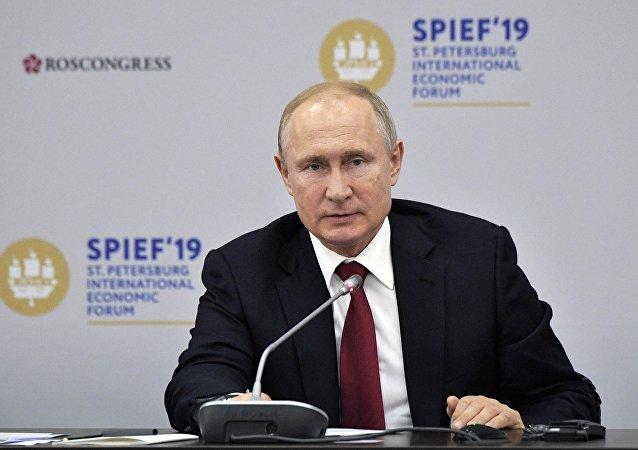 普京與外國公司領導人對話