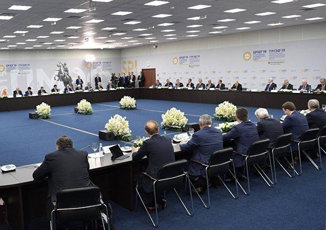 普京:俄罗斯继续完善有关外国企业的法律制度