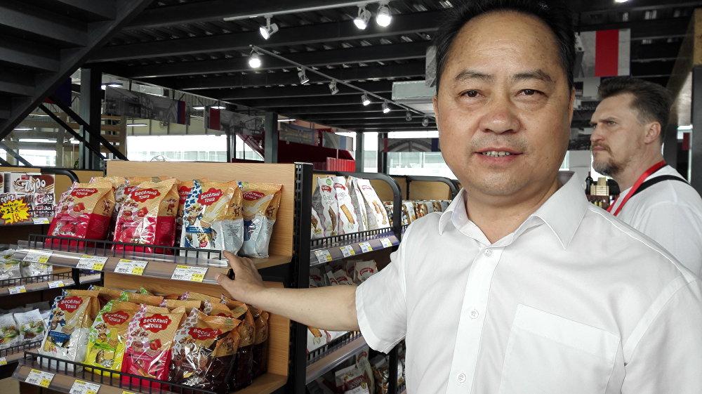 """""""四川欧亚公司""""副总经理杨明阳指出,俄罗斯甜食在中国销路不错"""