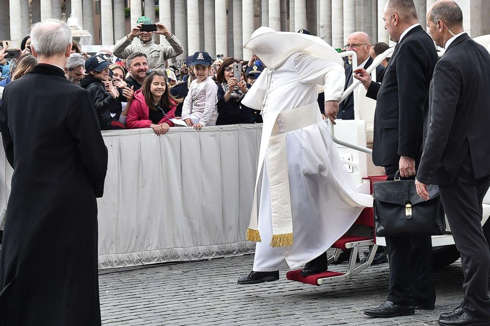 羅馬天主教皇方濟各在梵蒂岡遇大風。