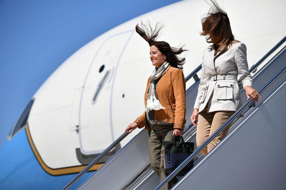 美國第一夫人梅拉尼婭·特朗普和美國副總統邁克·彭斯夫人凱倫·彭斯抵達北卡羅來納州布拉格堡後走出飛機。