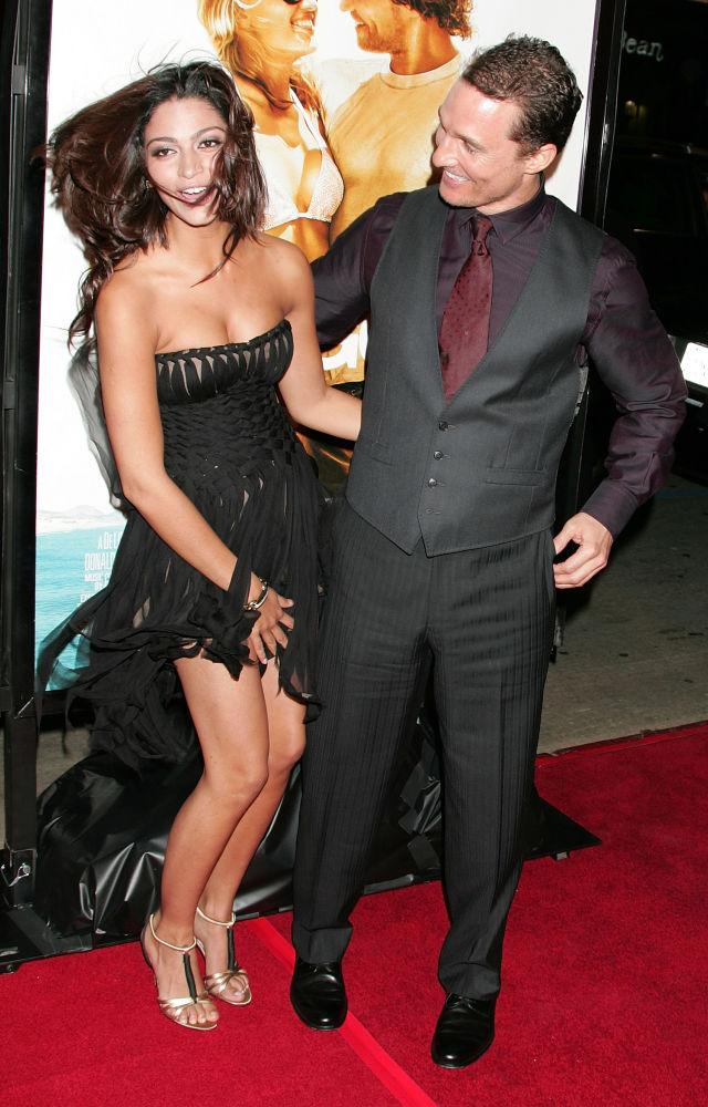美國演員馬修·麥康納和模特卡米拉·阿爾維斯現身好萊塢出席電影《淘金俏冤家》首映禮。