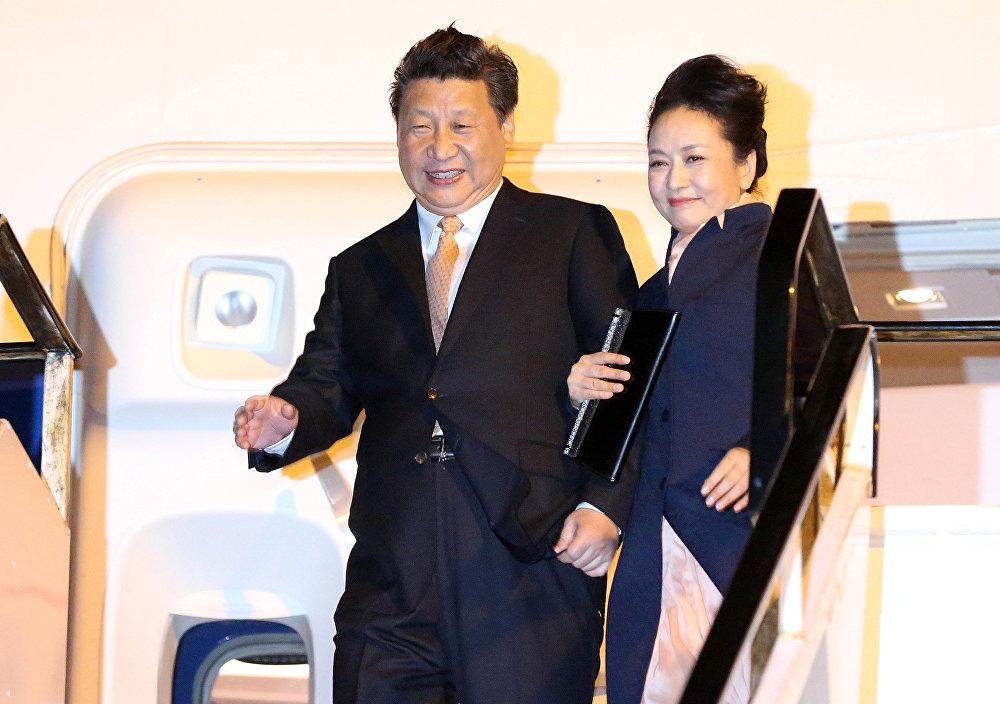 中國國家主席習近平攜夫人抵達奧克蘭國際機場。