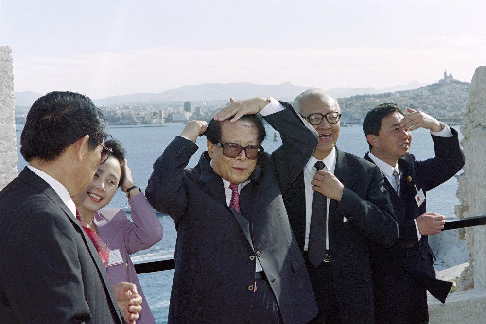中國前國家主席江澤民出訪法國。