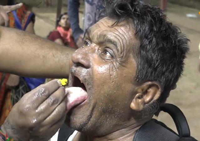 印度人吞活鱼平喘