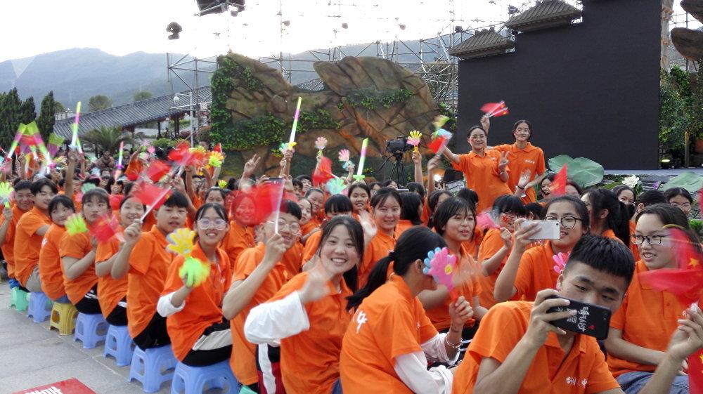 """第九届蜀道文化节""""天险蜀道 雄关剑门""""文艺晚会开始前,当地的中小学生们欢迎俄罗斯客人。"""