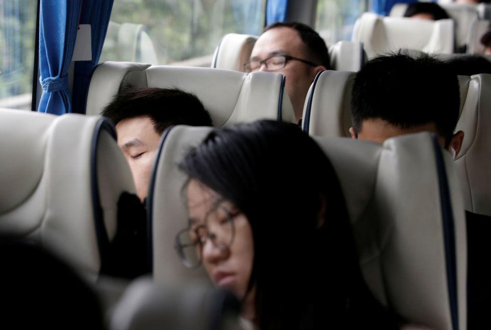 华为公司员工在工作日结束后在公司提供的班车上熟睡