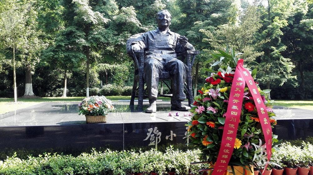 位于邓小平故里广安的纪念碑.  俄罗斯记者团向伟大的改革家邓小平纪念碑敬献的鲜花。
