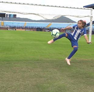 10岁的巴西小姑娘爱足球,并与同龄的男孩子组队踢球