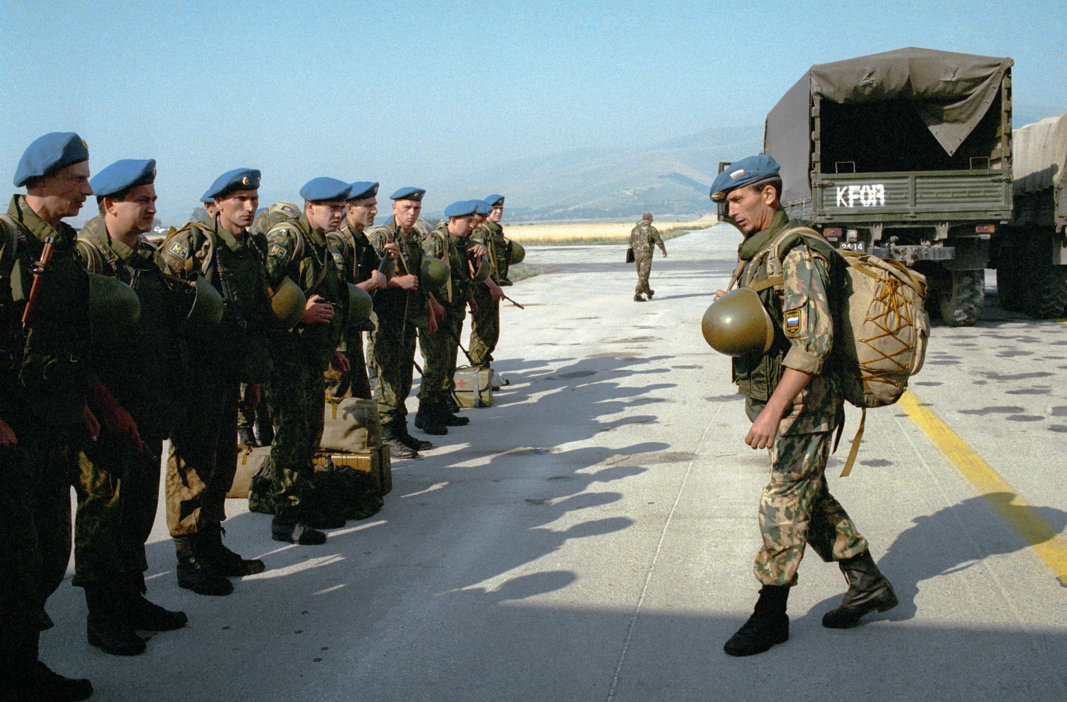 200人組成的混成營閃電般地進軍斯拉蒂納機場,以制止英國軍人進入科索沃北部地區。車隊行進速度是每小時80公里。該計劃的起草者們明白,北約也許挑起反制動作。不排除,還會出現直接武裝衝突,導致俄羅斯和西方陷入戰爭邊緣。