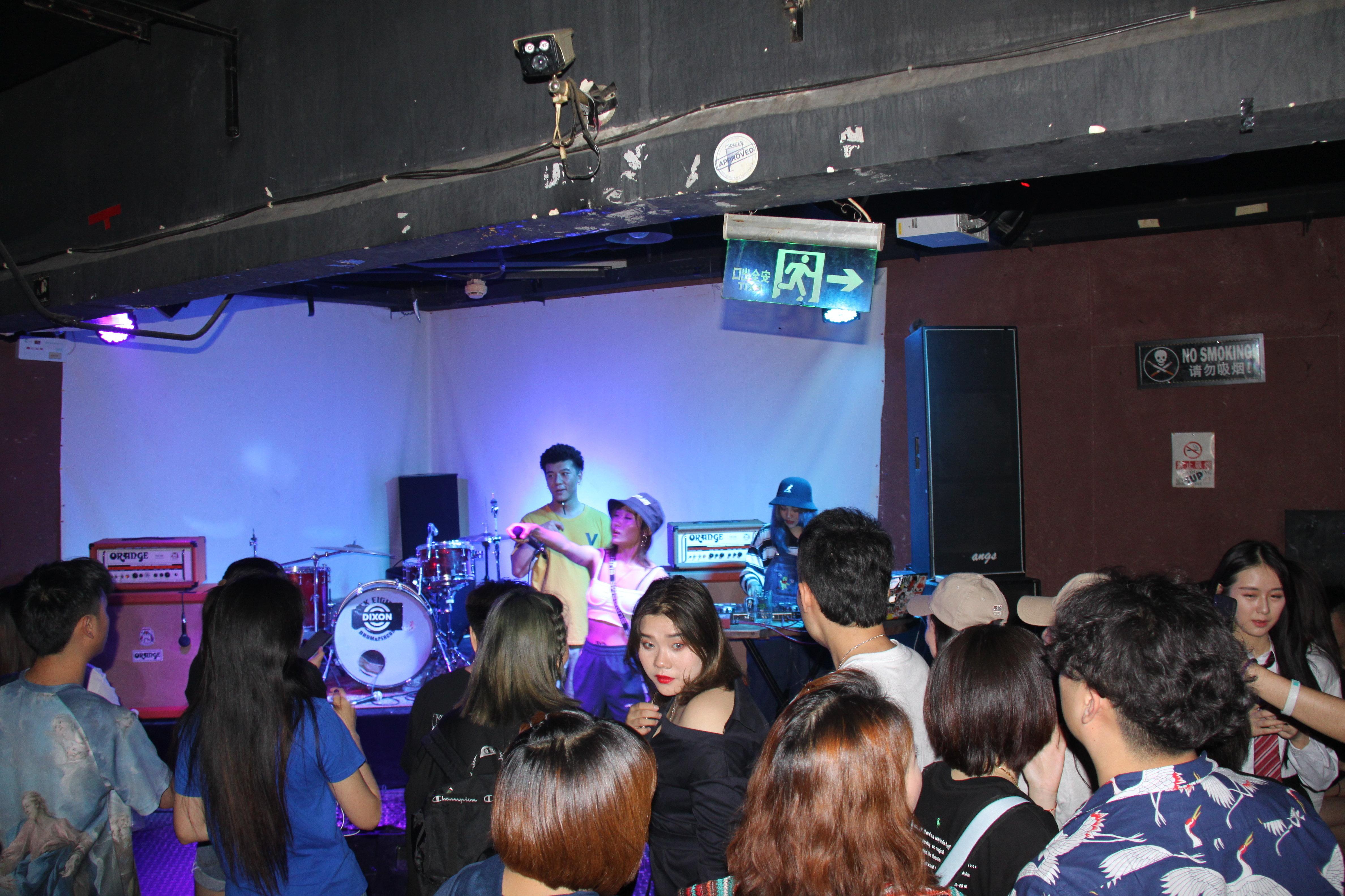 """替代音乐在北京所谓的小型现场演出场所(Livehouse)中""""存活""""。"""