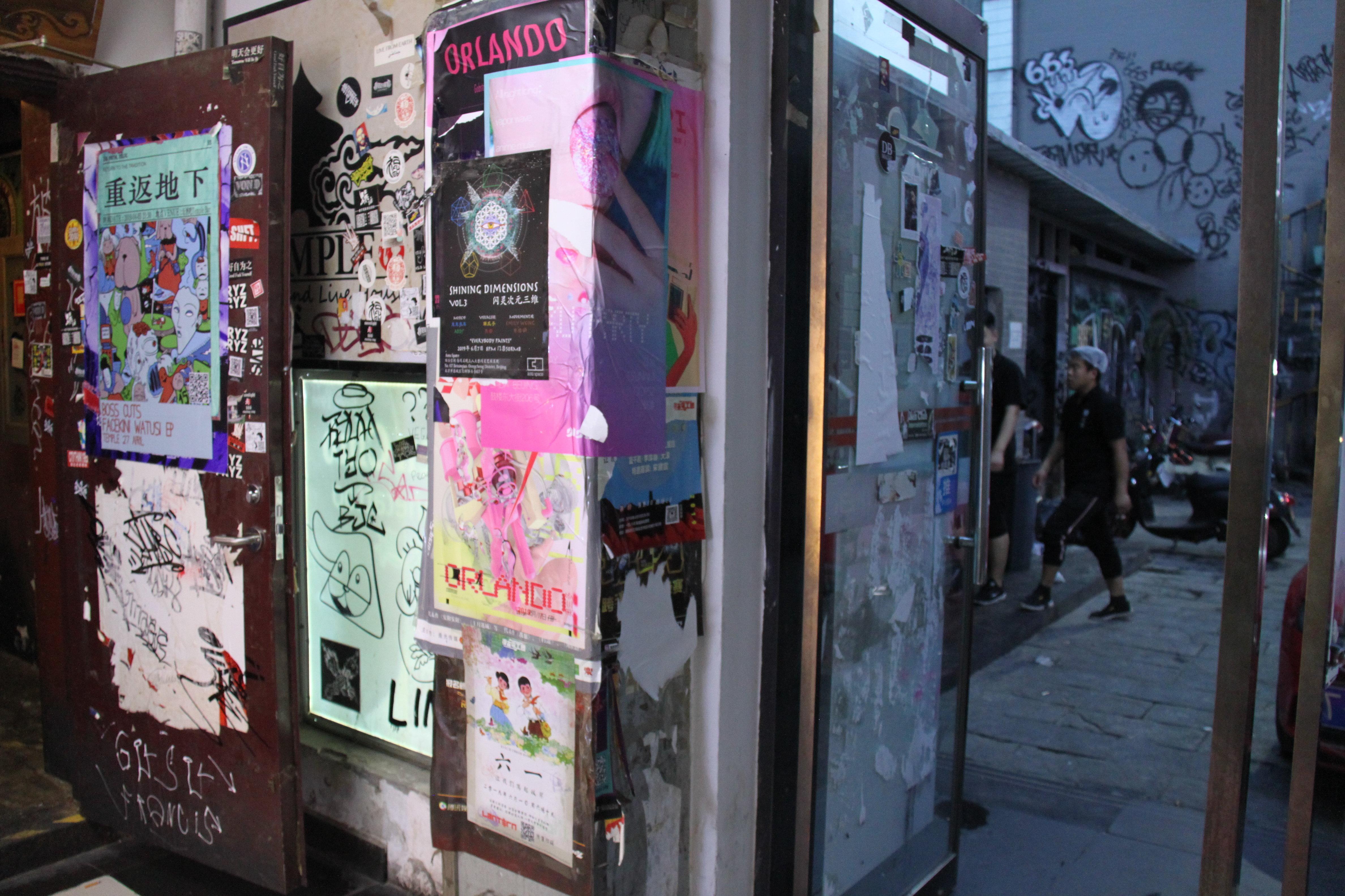 在北京纹身小圈子中,小舞台上音乐会、周围墙体各种绘画是相当流行的事情。这种音乐会,更多吸引的是大学生和高年级中学生。