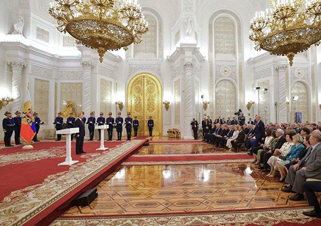 普京在克里姆林宫举行的颁奖仪式上
