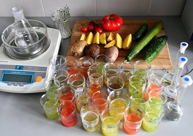 俄羅斯消費監督局實驗室對蔬菜食品進行檢查