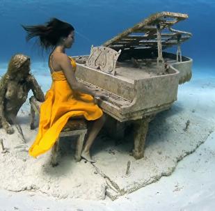 引人入胜的水下钢琴演奏