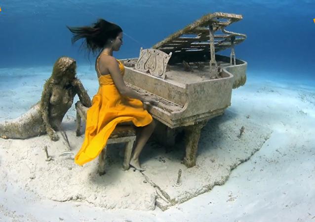 引人入勝的水下鋼琴演奏